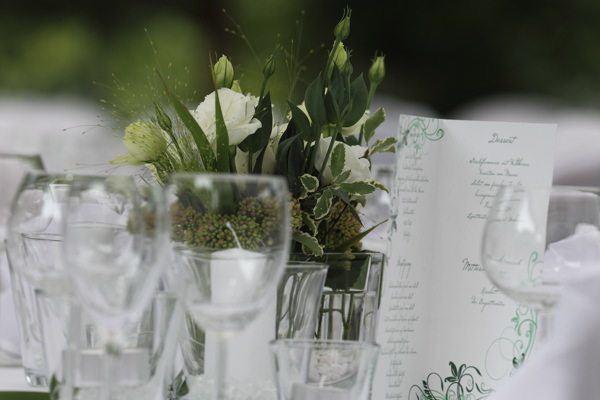 Nahaufnahme der Tischdeko beim Hochzeit catering im Plangarten