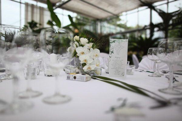 Nahaufnahme des Tisches und einer Speisekarte