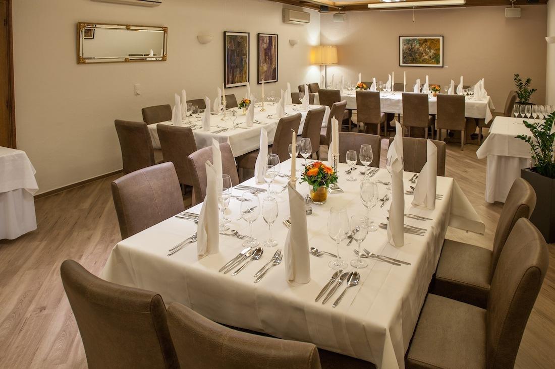festlich gedeckte Tische für eine Hochzeit