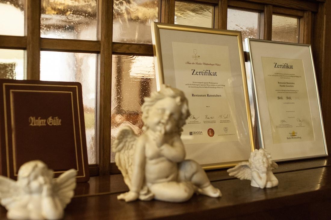 Engel vor den aktuellen Zertifikaten des Restaurants bei Stuttgart