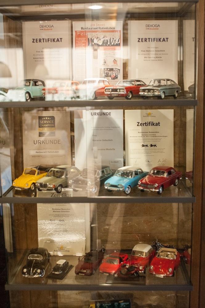 Regal mit Zertifikat und der Autosammlung der Ratsstuben Suttgart