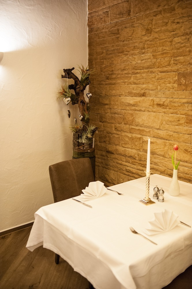festlich gedeckter Tisch für 2 Personen in einer gemütlichen Ecke