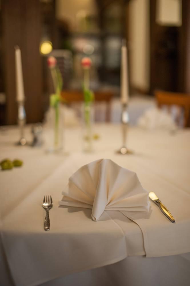 Fokus auf eine Serviette auf einem gedeckten Tisch im Restaurant Ratsstuben