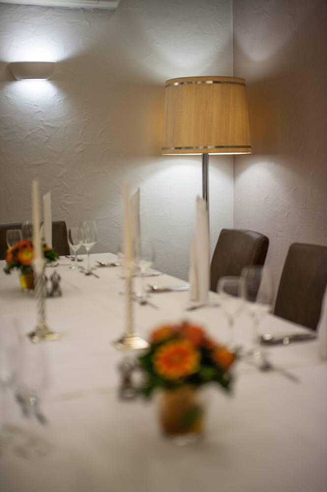 Fokus auf einer Lampe im Hintergrund. Tisch im Vordergrund ist Unscharf