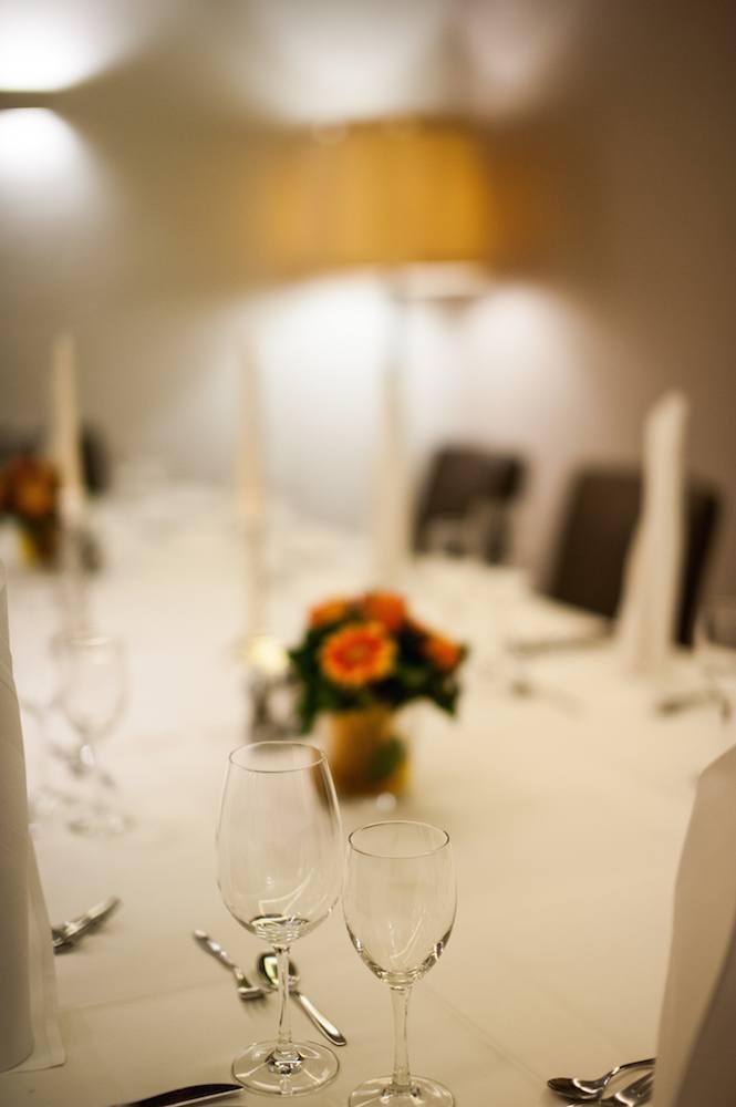 Fokus auf Weinglaß - Hintergrund Unscharf - ein festlich gedeckter Tisch im Restaurant bei Stuttgart
