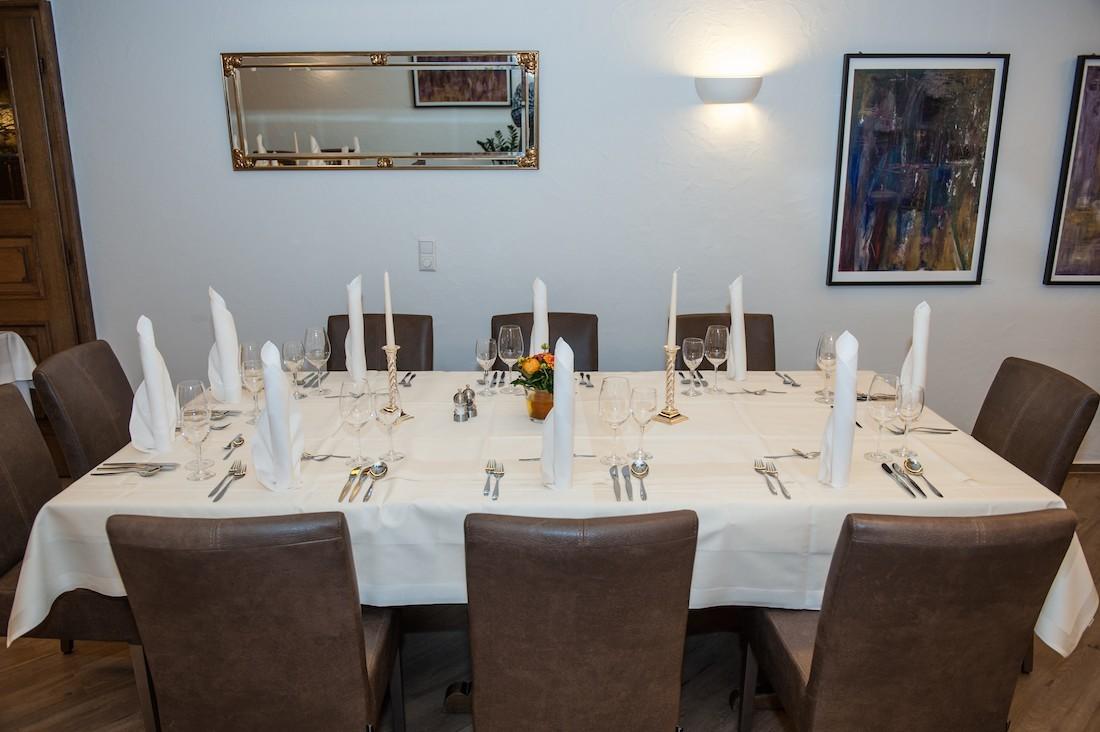 Foto eines festlich gedeckten Tisch in den Ratsstuben bei Stuttgart