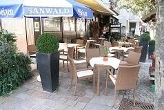 Sommerterasse mit Stühlen und Tischen