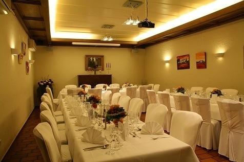 festlich gedeckter Tisch im großen Saal
